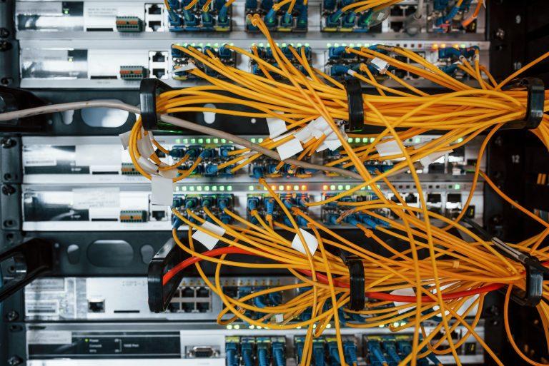 Kaapeleita serverillä